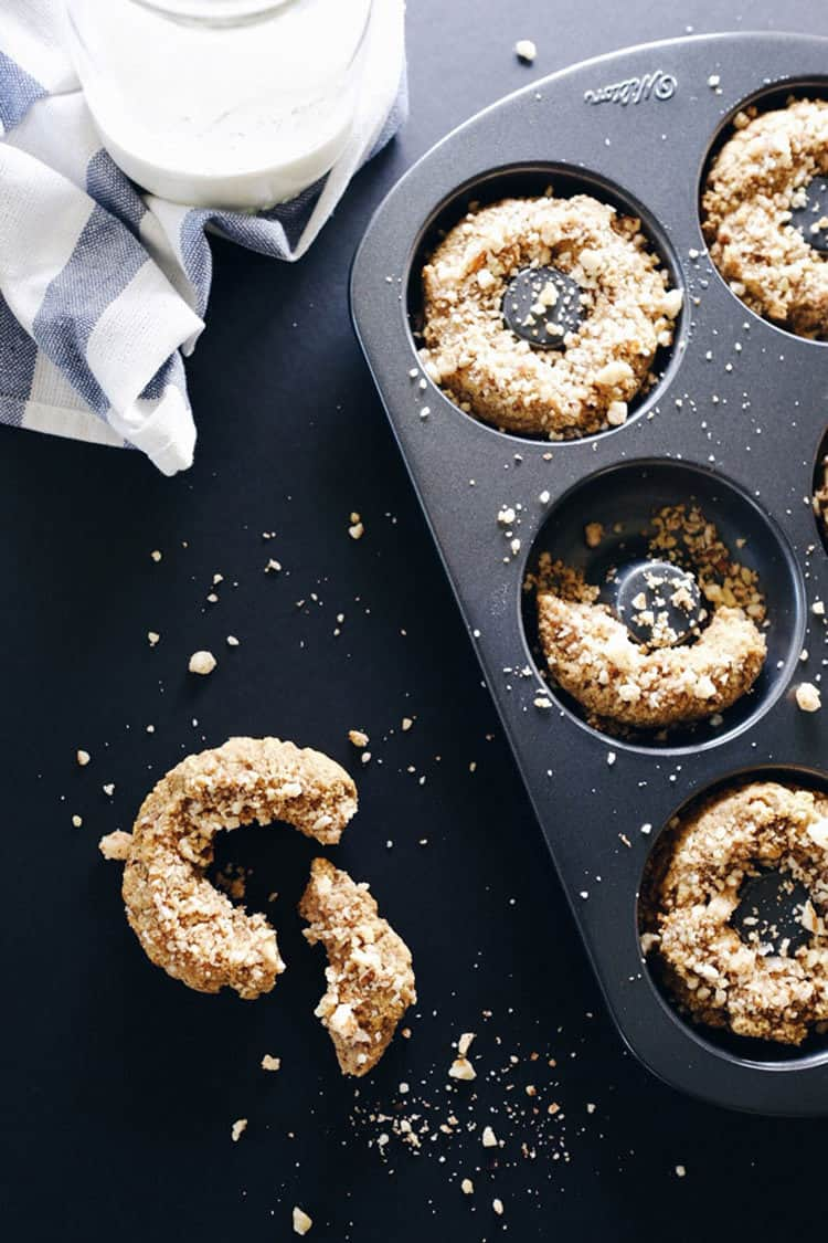 These paleo cinnamon crumble donuts are a pretty perfect example of finding ways to reward and treat yourself on the paleo diet. Paleo, GF, Dairy-Free + Refined Sugar-Free. | realsimplegood.com