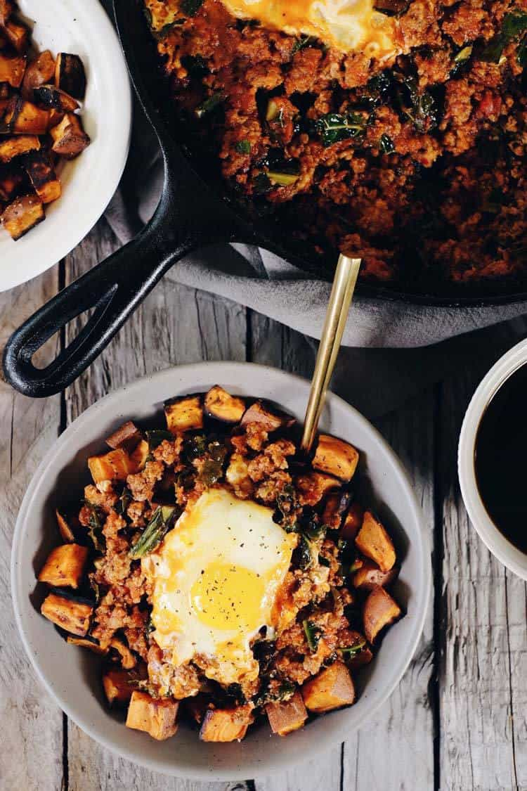 This Paleo and Whole30 Easy Shakshuka Recipe is a hearty and filling make ahead breakfast that will have you feeling well fed to start your day. Paleo + Whole30 | realsimplegood.com